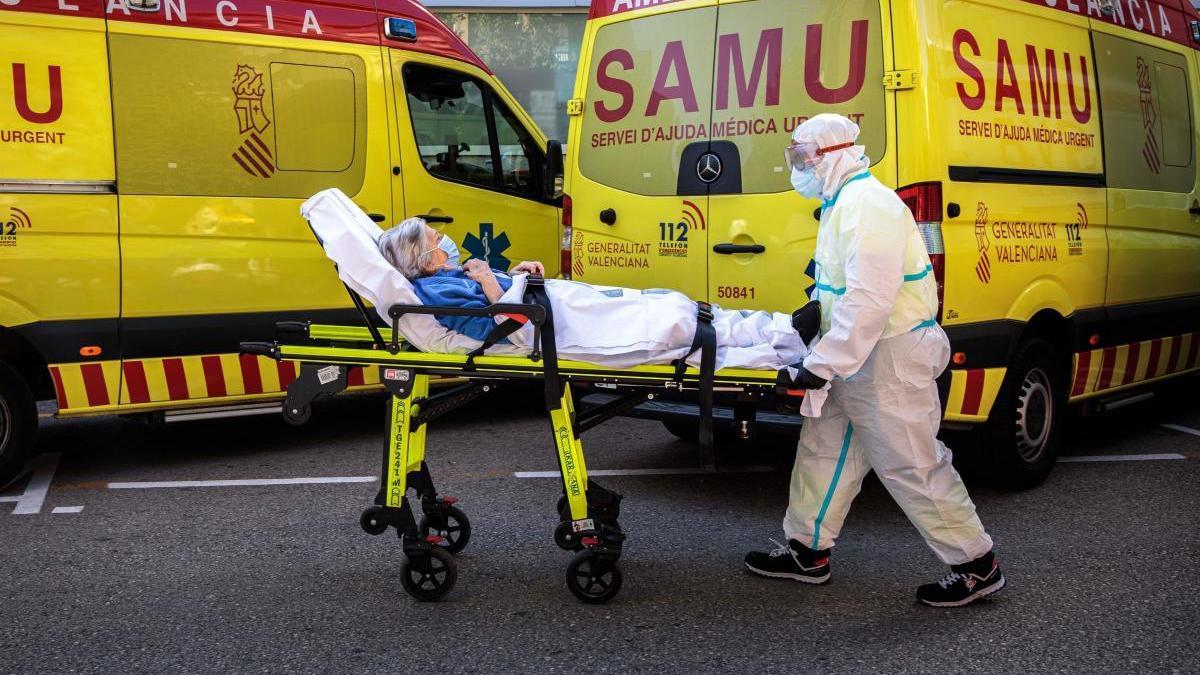 Un trabajador sanitario traslada a una paciente.