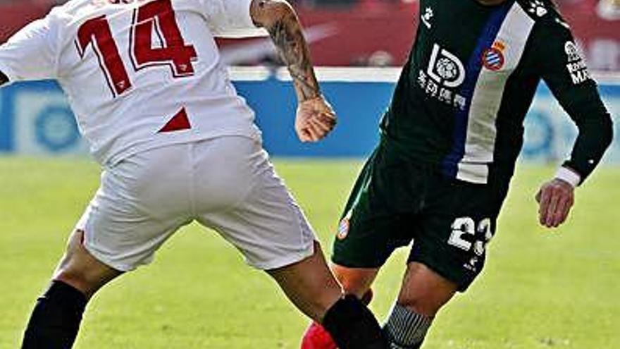L'Espanyol resisteix amb deu homes i s'emporta  un valuós punt de Sevilla