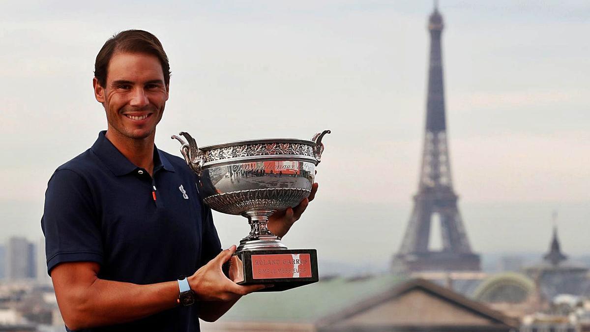 Rafa Nadal posa con el trofeo de Roland Garros, con la torre Eiffel de fondo.