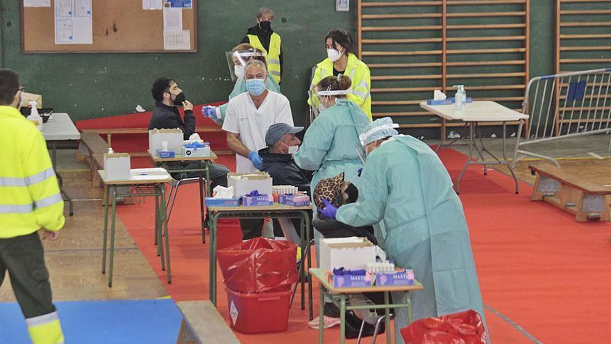 Un brote en el ámbito laboral sube a 58  los contagios en Cangas