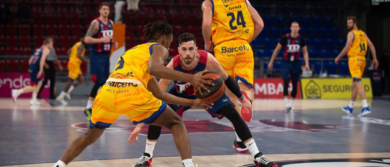 Andrew Albicy bota el balón ante la defensa de Luca Vildoza