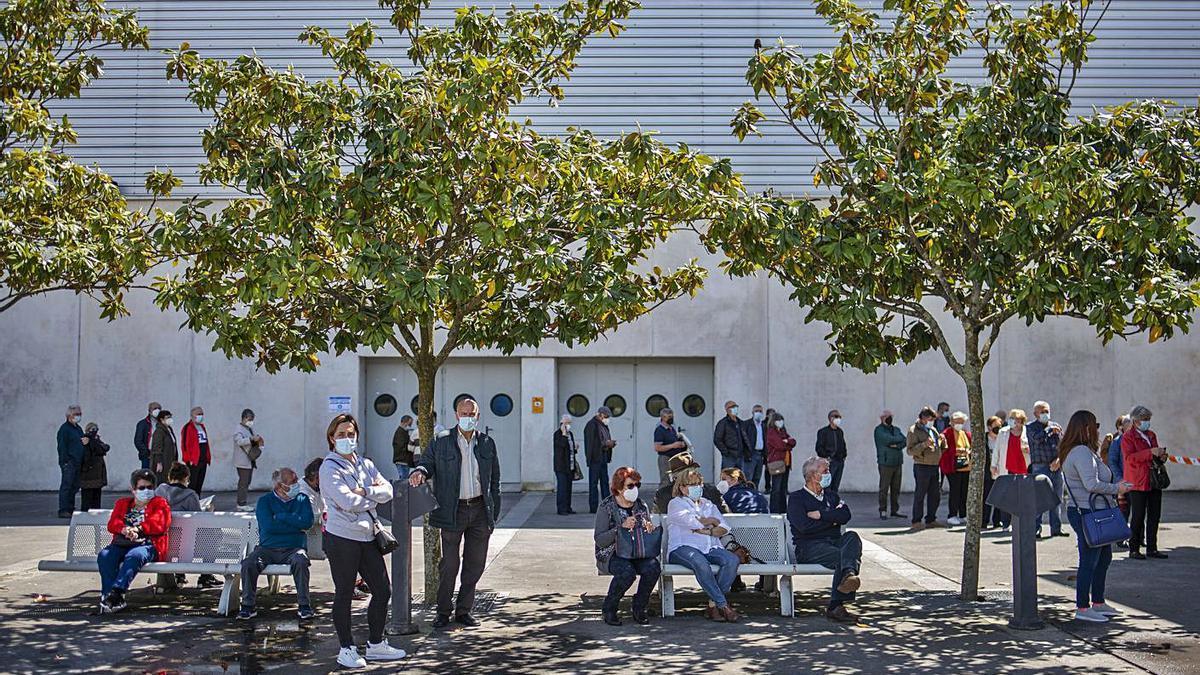 Esperas en el exterior del punto de vacunación masiva instalado en Expourense. |   // BRAIS LORENZO
