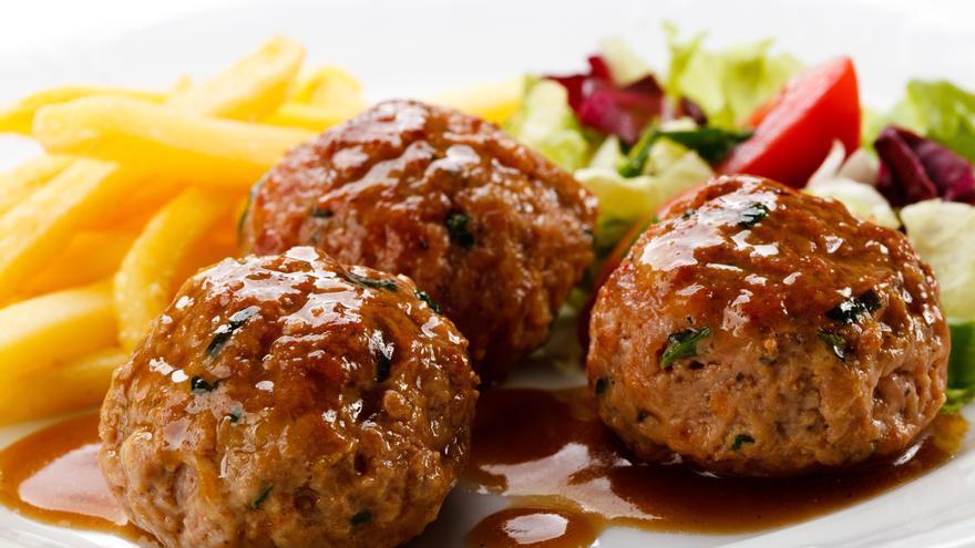 Albóndigas de carne con verduras asadas en parrilla