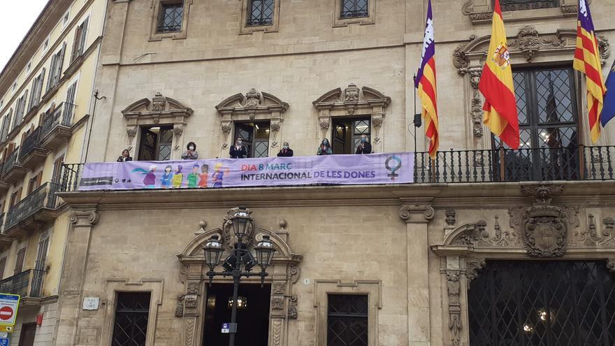 Colgada una pancarta en Cort con motivo del Día de la Mujer Trabajadora