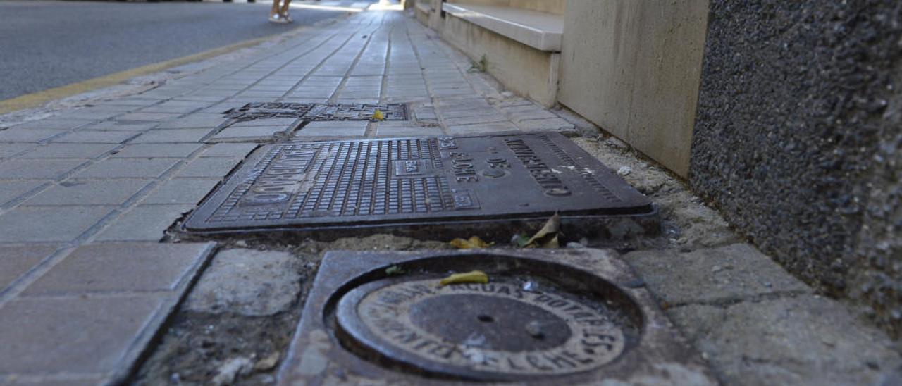 Imagen actual que presenta la calle, con una estrecha acera que está repleta de desperfectos.