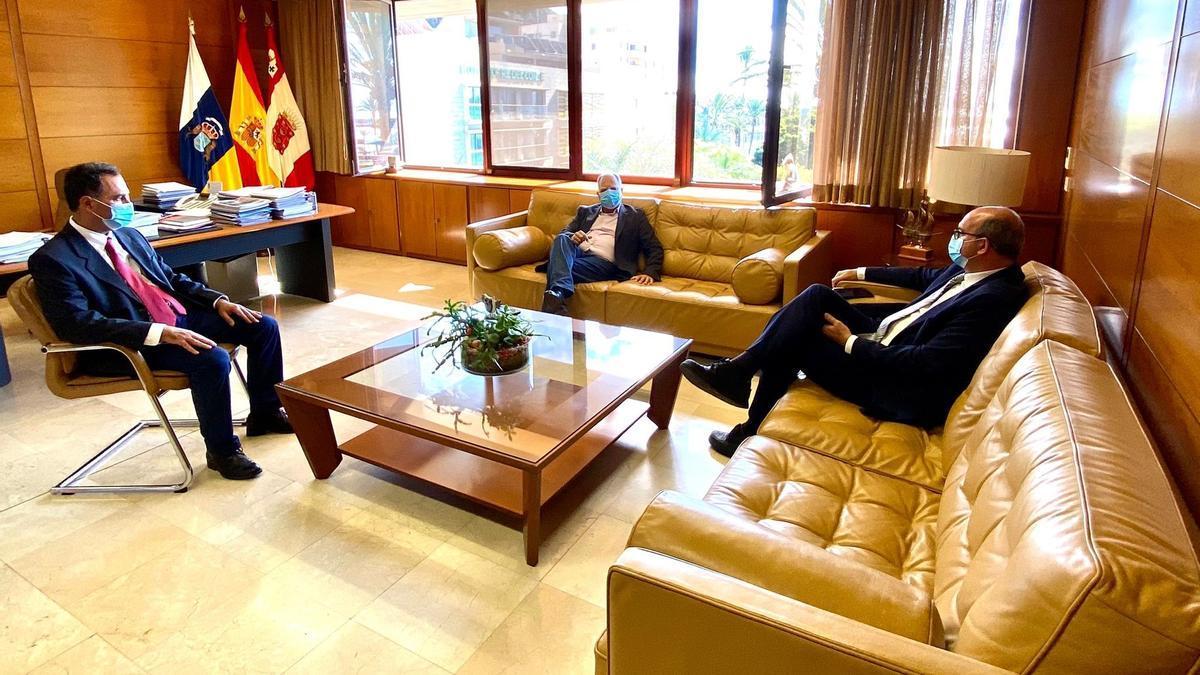 Casimiro Curbel y el delegado del Gobierno en Canarias, Anselmo Pestana (a la derecha)
