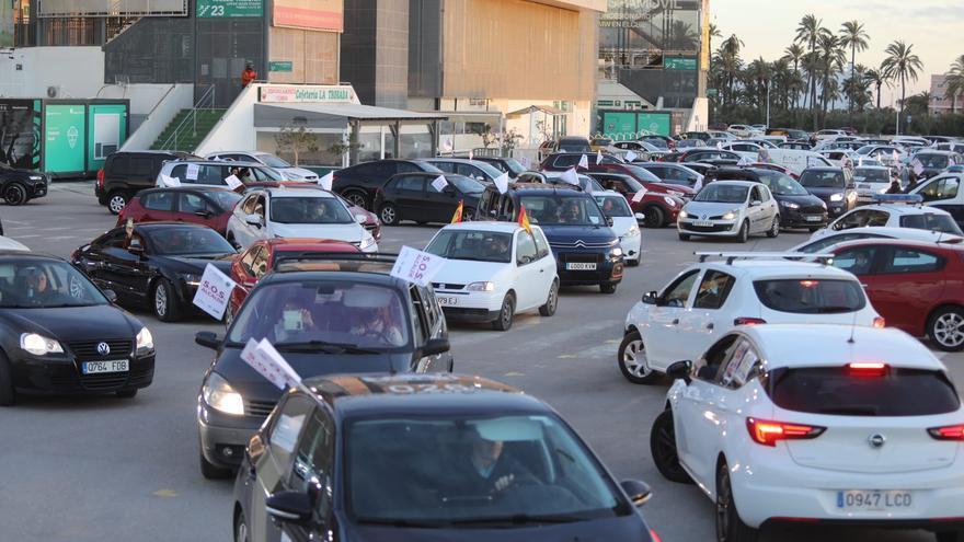 La hostelería de la provincia de Alicante planta cara a las restricciones con una caravana de protesta
