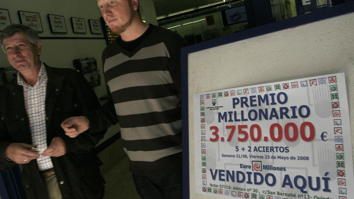 Loteros de la administración de San Bernabé cuando dieron un premio millonario en 2008.