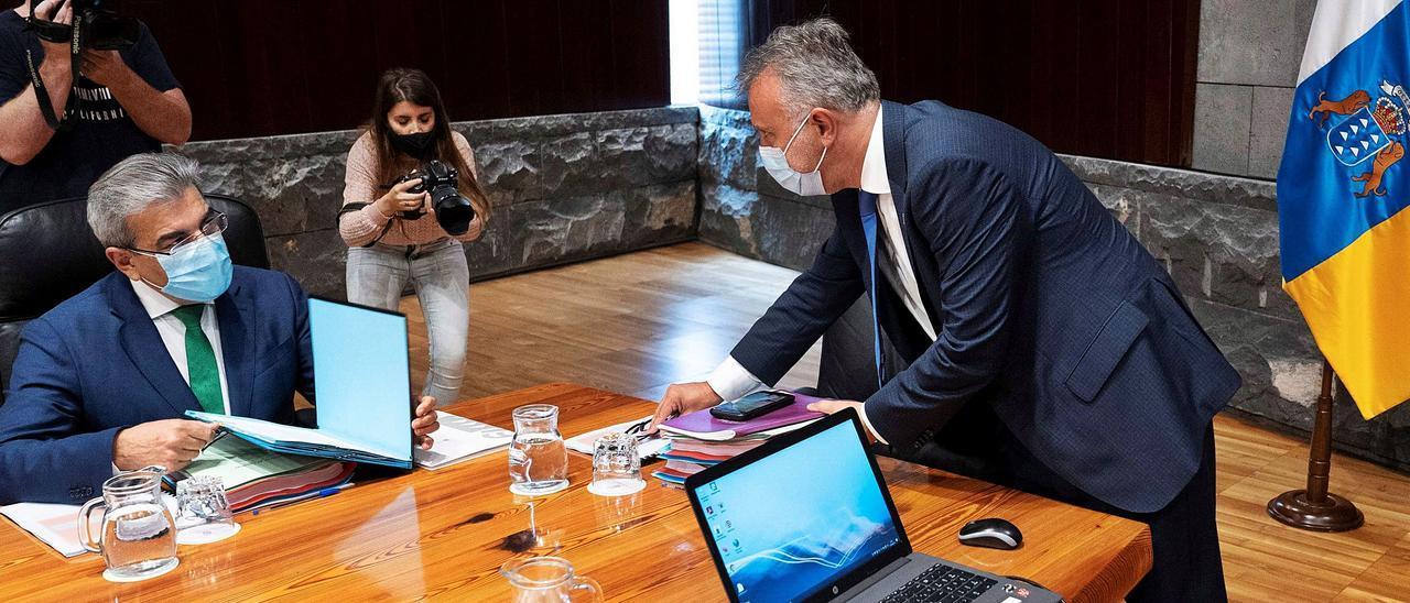 El presidente Ángel Víctor Torres (de pie) y el vicepresidente Román Rodríguez en el Consejo de Gobierno de ayer en Santa Cruz de Tenerife.