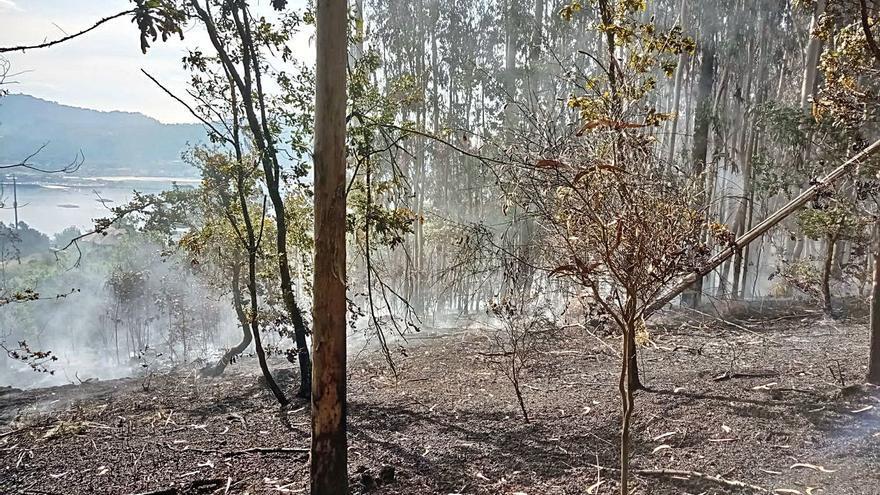 Xunta y Protección Civil controlan rebrotes en el incendio de Pinténs