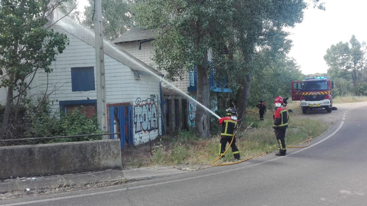 Los bomberos sofocan el incendio en La Casita
