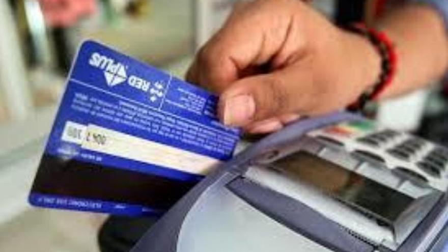 Copiaba las tarjetas de crédito de sus clientes para estafarles