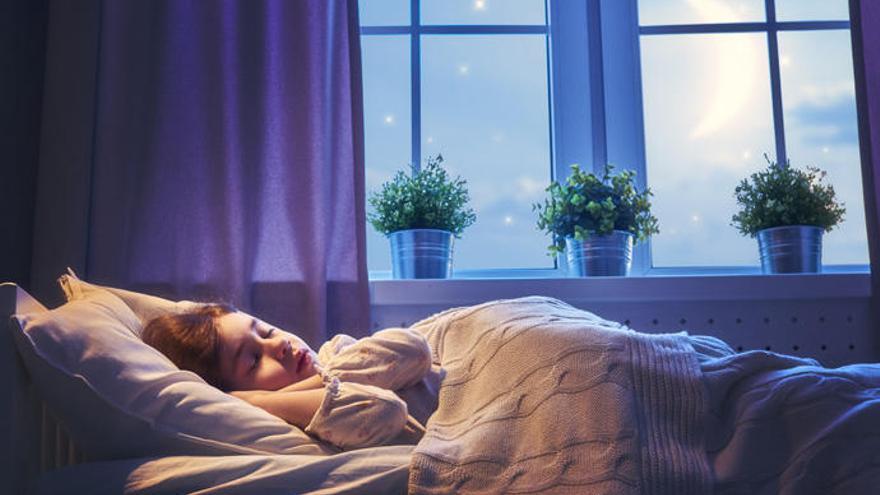 Por qué no colocar la cama junto a la ventana