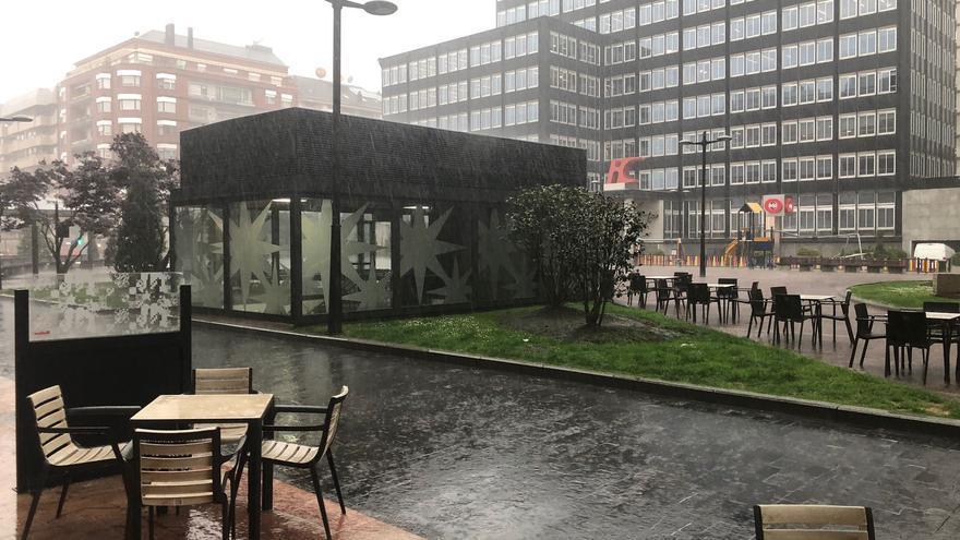 Espectacular tormenta sobre Asturias: riadas en la capital y récord de lluvias en toda España