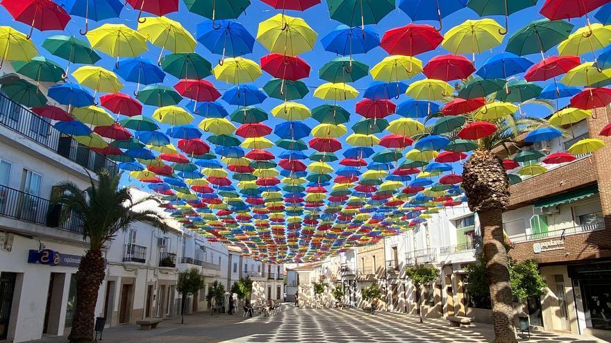 1.500 paraguas de colores lucen ya en la plaza Mayor de Malpartida de Cáceres