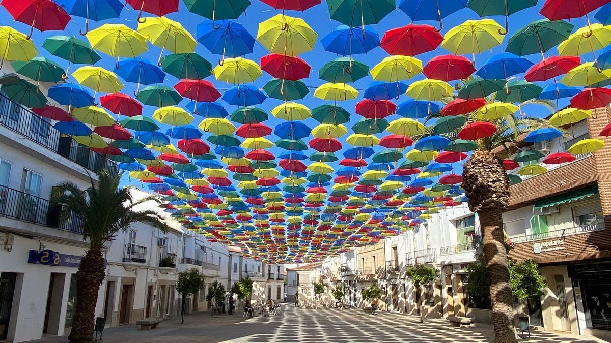1.500 paraguas de colores lucen ya en la plaza Mayor.