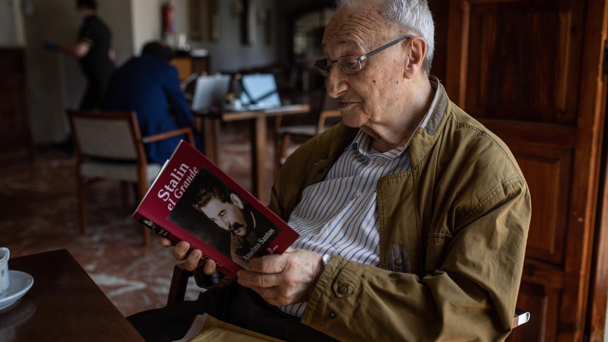 """El escritor busca una cita en """"Stalin el Grande""""."""