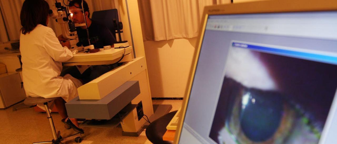 Un paciente se somete a una exploración oftalmológica, en una imagen de archivo.