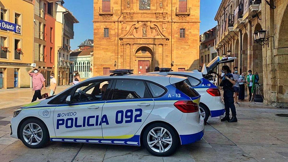 Los nuevos vehículos de la Policía Local, ayer, en la plaza del Ayuntamiento.