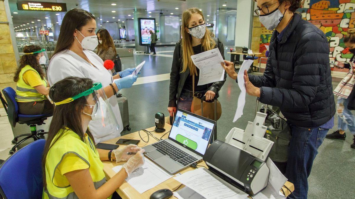 Dos pasajeros en un control de acceso del aeropuerto en una imagen de archivo.