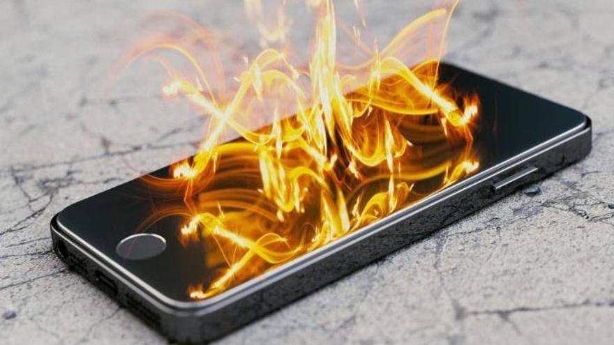 Una noia de 14 anys mor en explotar-li el mòbil mentre dormia