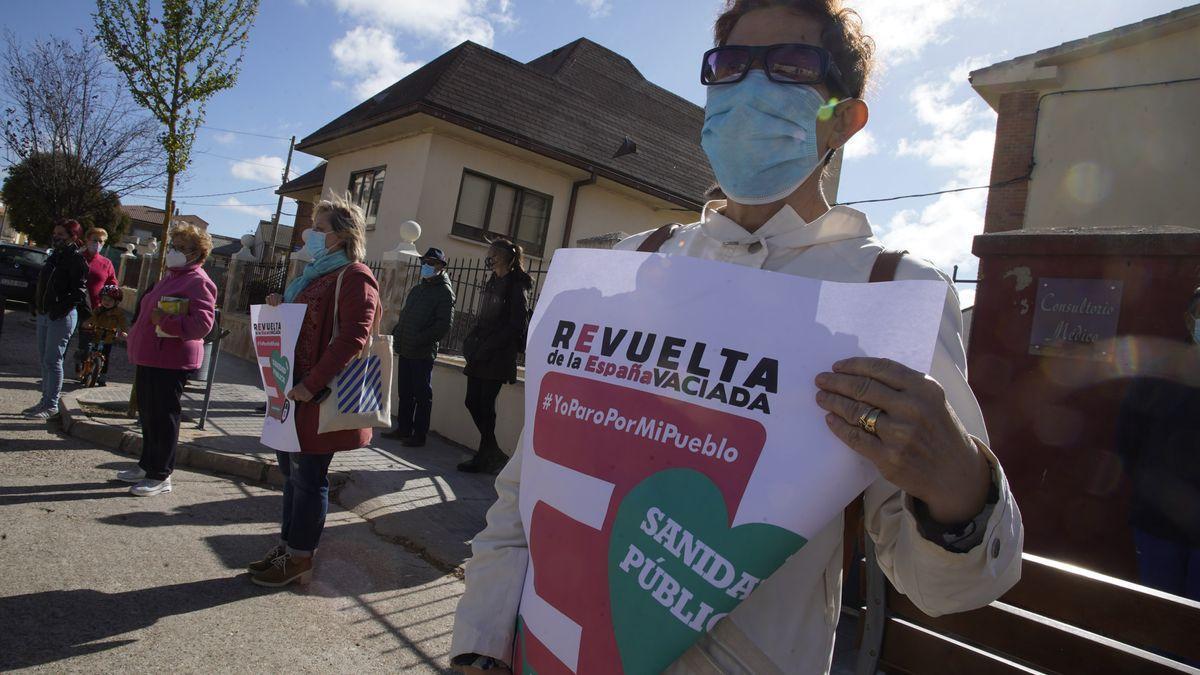 Protesta por una sanidad rural digna en el consultorio médico de Villaralbo bajo el lema 'Yo paro por mi pueblo'.