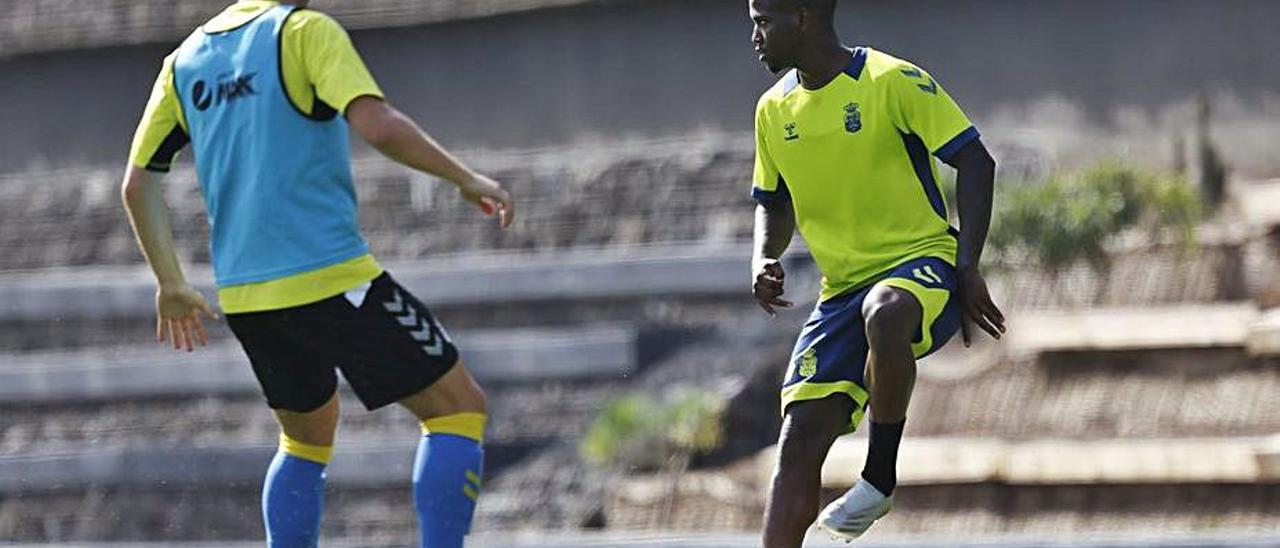 Jonathan Silva, con el balón, durante el entrenamiento del lunes