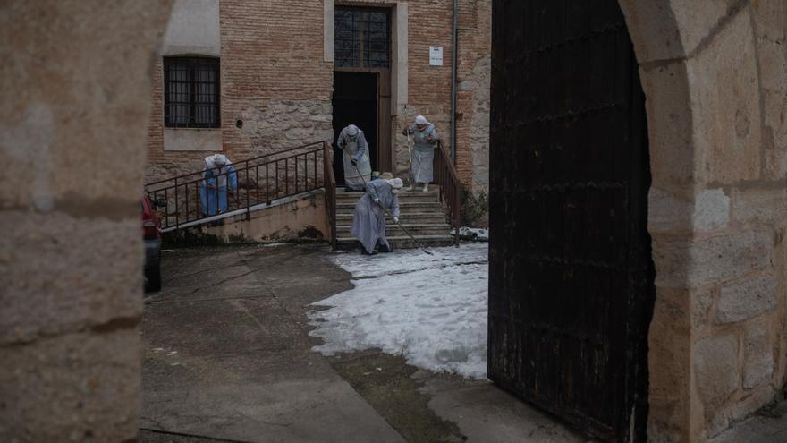 Ola de frío en Zamora | Las monjas de Cabañales retiran la nieve con pala y fregona