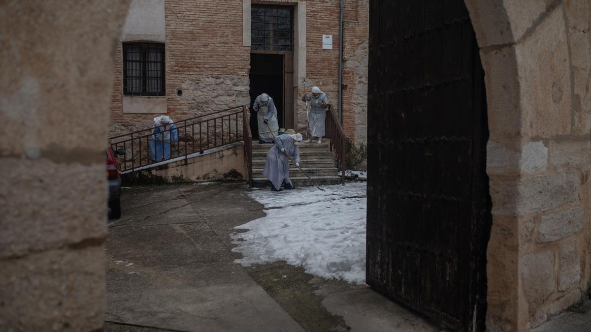 Las monjas retiran el hielo de sus instalaciones en Cabañales.
