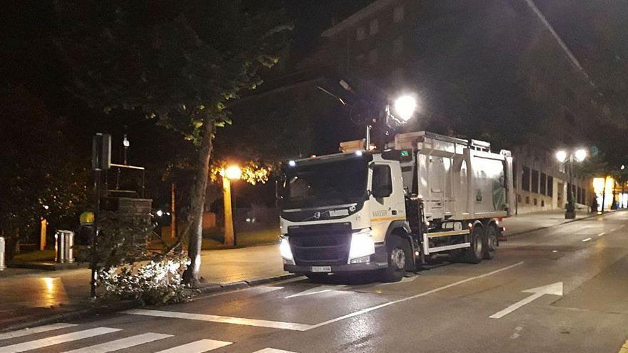 Un camión de recogida de basuras daña un arbol en Buenavista