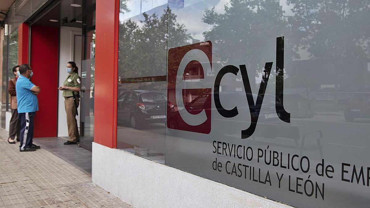 Varias personas con mascarilla, a la entrada del Ecyl.   Jose Luis Fernández