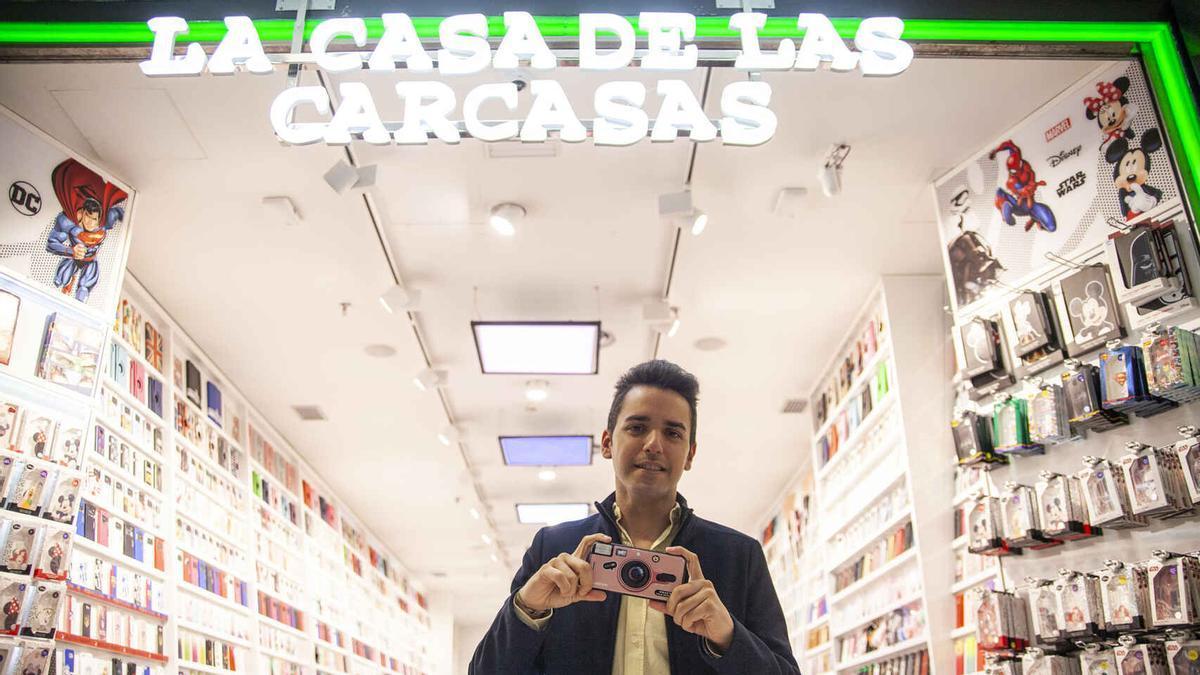 Ismael Villalobos delante de uno de sus establecimientos.