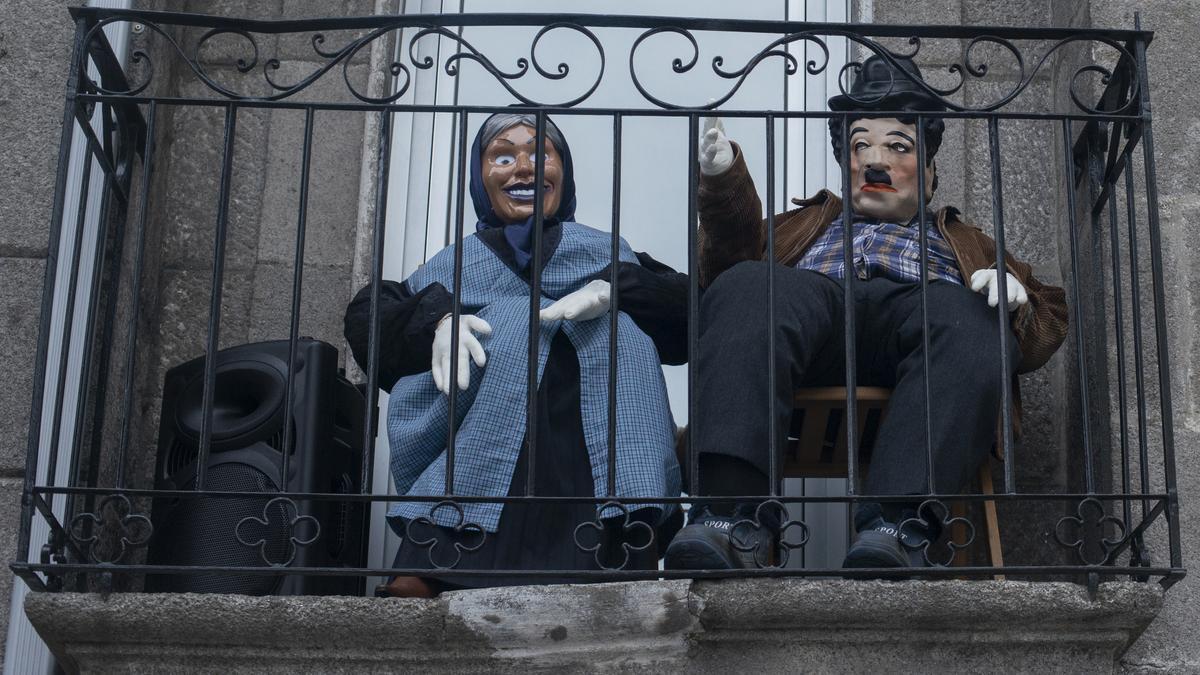 Dos 'mecos' en un balcón de Xinzo. / Brais Lorenzo