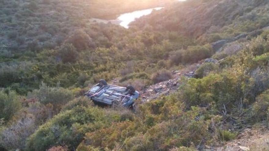 Un cotxe cau per un barranc a la carretera de Cap de Creus