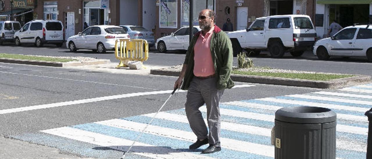 José Gómez cruza el paso de peatones del centro de salud de Corralejo.