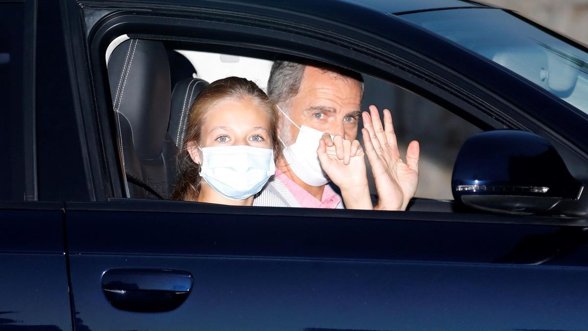 König Felipe VI und Tochter Leonor bei ihrer Ankunft im Marivent-Palast im Sommer 2020.