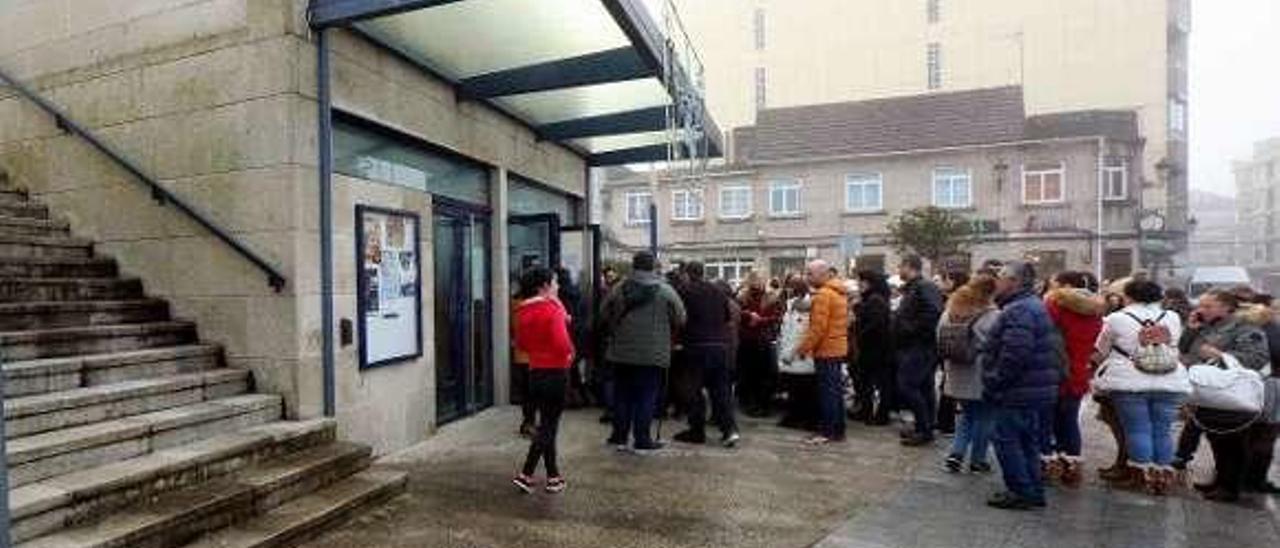 Asistentes a un evento en el exterior del auditorio municipal. // A.H.