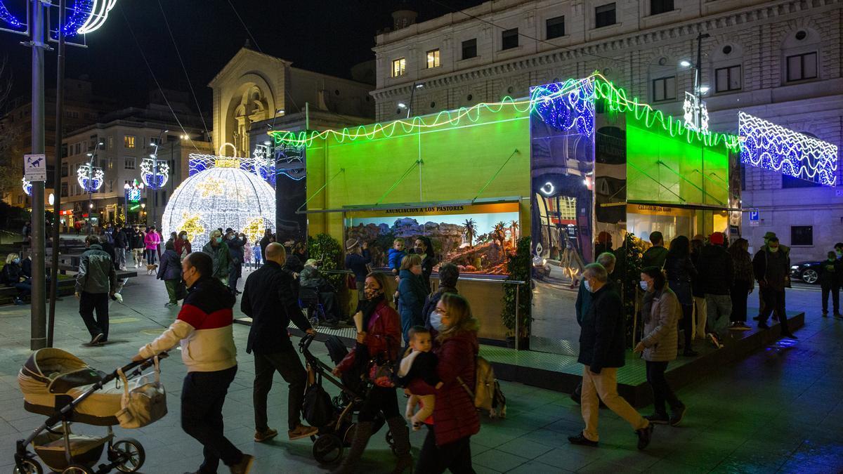 Aspecto de la plaza de la Montañeta con el Belén social ya inaugurado.