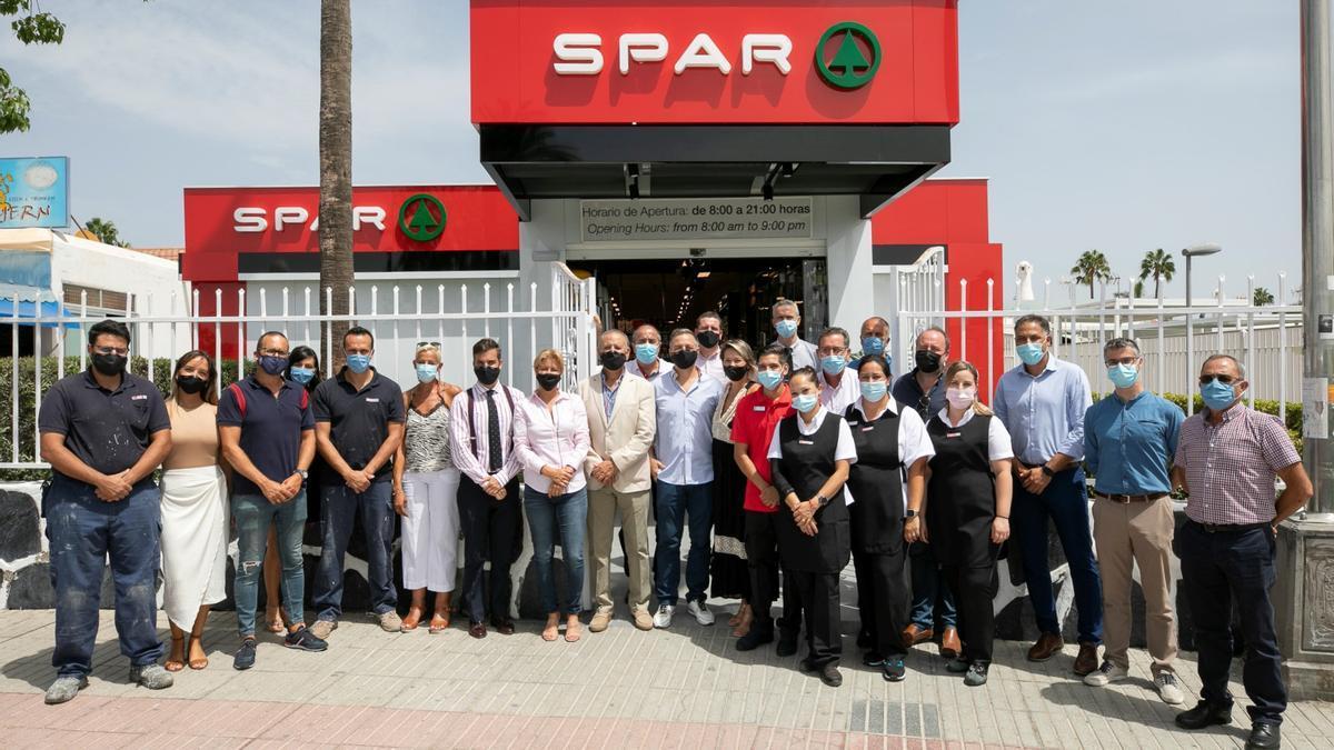 Representantes de la cadena de supermercados canaria durante la reapertura de Spar Holycan.