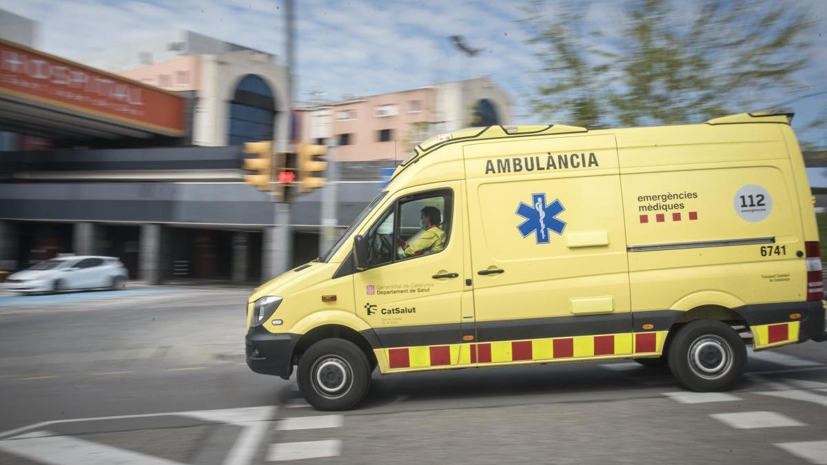 Una ambulància arriba a l'hospital de Sant Joan de Déu de Manresa |