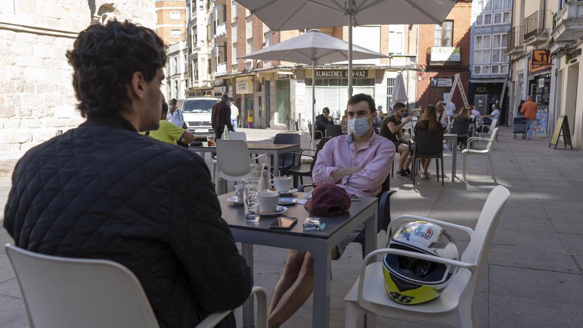 Dos jóvenes, en una terrada en la capital zamorana