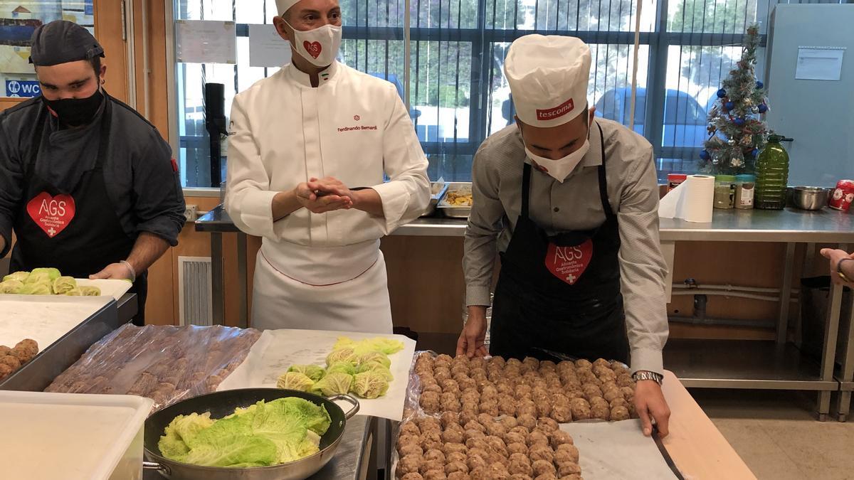 Cocineros de Alicante Gastronómica, con las típicas pelotas de cocido