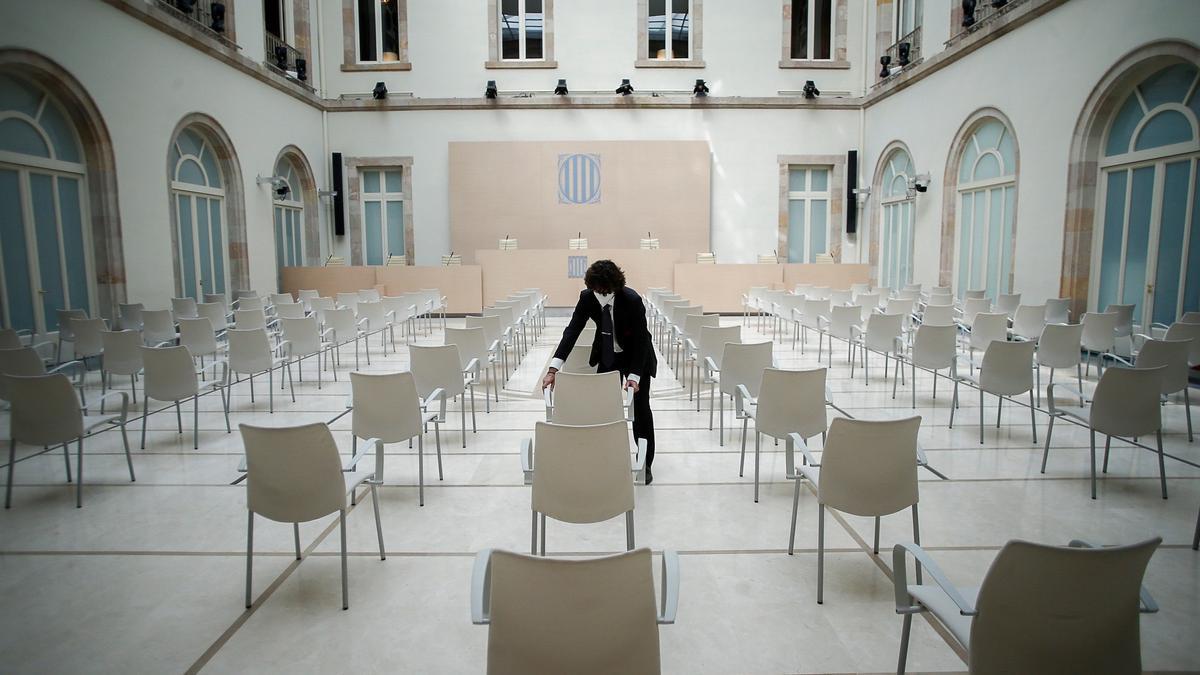 Una persona ultima los preparativos para la constitución de la cámara catalana
