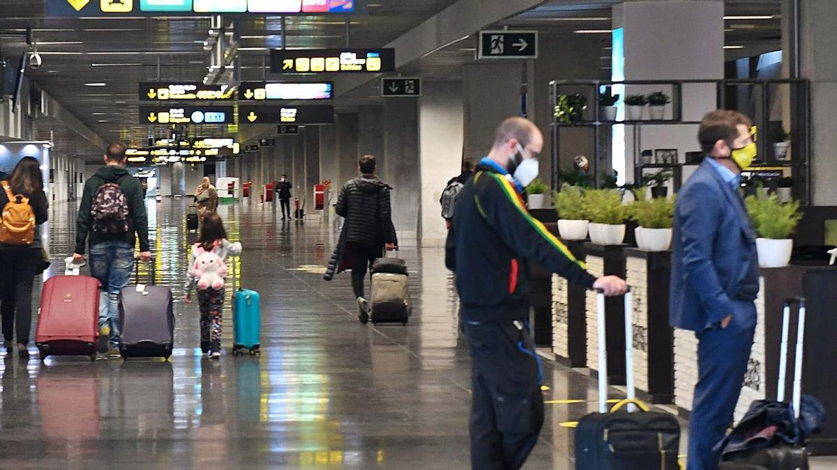 Terminal de llegadas nacionales en el aeropuerto de Gran Canaria, ayer, en el primer día de normalización de operaciones con Barajas.