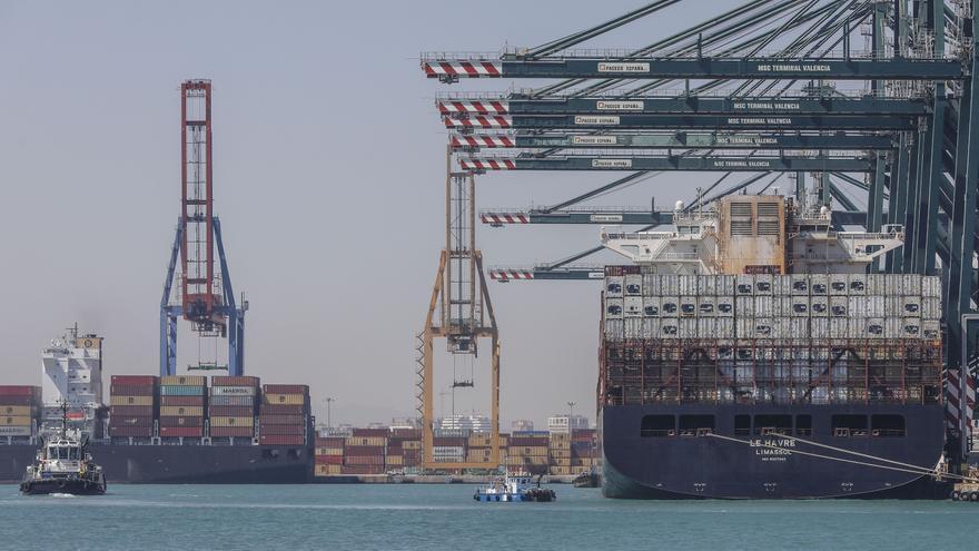 El primer buque procedente del Canal de Suez llega a València