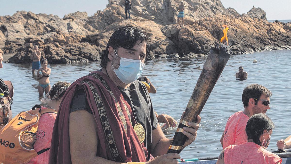 José Antonio Meca porta  la antorcha en la Playa del Lastre.