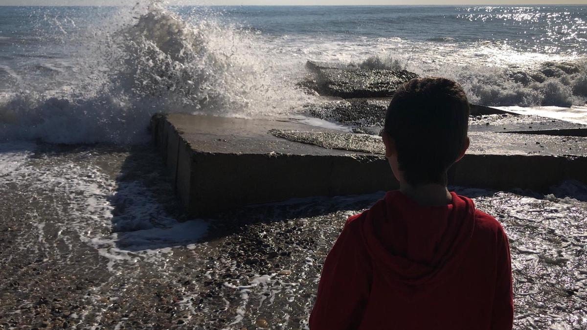 Con el paso del tiempo los vecinos de Nules han visto que el mar ha ido ganándole terreno a la playa sin que se invierta para evitarlo.