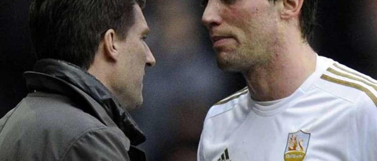 Laudrup felicita a Michu en un partido del Swansea.