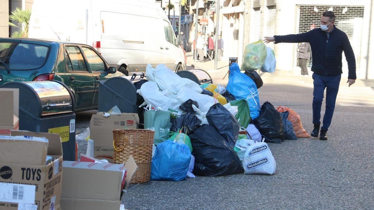 Continuen les converses per aturar la vaga indefinida d'escombraries a Figueres