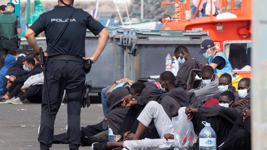 Migrantes en el muelle de Arguineguín, lunes 23/11/2020